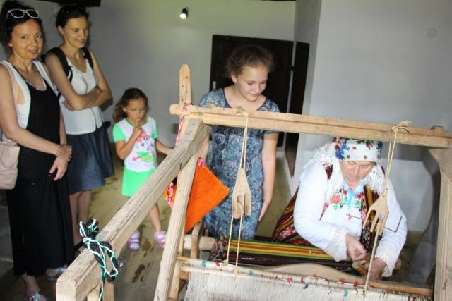 Baba pokazuje tradicionalni razboj | Lucky Bansko SPA & Relax