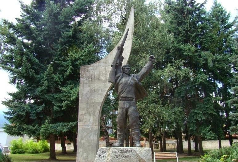 Spomenik Ivanu Kozarevu Lucki Bansko