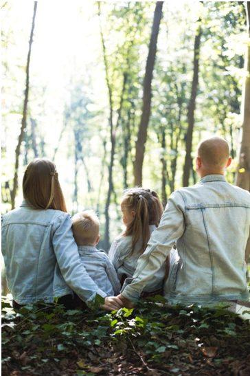 """Ako želite da provedete nezaboravan ** odmor sa decom ** i uživate u gomili nezaboravnih emocija i avantura s njima, onda je Bansko odlično mesto za ** porodični odmor ** u planinama. Bansko nudi razne mogućnosti za rekreaciju i nesumnjivo je jedno od najboljih bugarskih odmarališta. Bansko je pogodan i za porodični odmor i za dva ili poslovna sastanka sa kolegama i team building događaje.    Bansko je divno mesto za različite vrste turizma. Bilo da putujete sa porodicom, prijateljima ili kolegama, Bansko je u odličnoj destinaciji svake sezone za ljude različite starosne dobi.   Svaki roditelj složiće se da bi odmor sa decom bio potpun i ugodan, mora biti dobro isplaniran i na odgovarajućem mestu. Kao što znamo, deca brzo gube interesovanje, pa je definitivno dobra ideja da za sledeći porodični odmor odaberete zanimljivu destinaciju sa puno zabave.  Međutim, malo je verovatno da će vašoj deci biti dosadno tokom boravka u Banskom. Prelepo planinsko odmaralište nudi razne mogućnosti zabave i za mlade i za starije. Neke od aktivnosti pogodnih za decu koje Bansko nudi su ** skijanje **, planinarenje, jahanje, paintball, plivanje, posmatranje divljih životinja. Odmaralište je pogodno i za izlete u proleće i leto.   Skijanje Ako vaše dete želi da nauči da skija, Bansko je sigurno odlično mesto za ovu svrhu. Odmaralište nudi časove skijanja i snouborda za decu koji se održavaju pojedinačno i u grupama.  Hotel Lucki Bansko svojim mladim gostima pruža opremu za skijanje, ** učitelje skijanja, ** kao i direktan prevoz do skijališta Banskog za sve svoje goste. Jahanje konja Još jedno jedinstveno iskustvo koje vredi isprobati sa detetom u Banskom je jahanje. Sport, prekrasni prirodni pogledi, životinje i svež vazduh - savršena kombinacija za svu decu.  Vaše dete ima priliku da isproba jahanje u konjskoj bazi """"Rusaliite"""" u regionu Banskog, gde se održavaju časovi jahanja za početnike i naprednije. U podnožju konja nalazi se mali rezervat sa egzotičnim pticama kao što su paunovi,"""